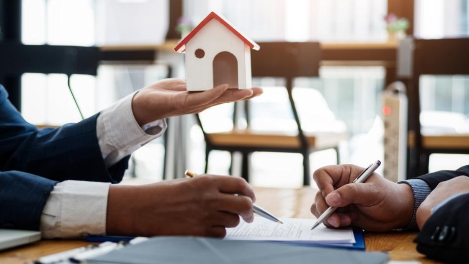Aktuelle Gesetzesinitiativen und Gerichtsurteile müssen Wohnungs- und Immobilienunternehmen in ihre tägliche Arbeit integrieren. Aktuell führen die Europäische Energieeffizienzrichtlinie (EED) und das deut-sche Klimaschutzmaßnahmenpaket zu gravierenden Änderungen im Miet- und Betriebskostenrecht. Aber auch auf die Novellierung des WEG-Gesetzes müssen sich Immobilienunternehmen im Jahr 2021 einstellen. Daher hat das EBZ Experten des Mietrechts im Vorfeld der Mietrechtstagung 2021 zu genau diesen Themen interviewt