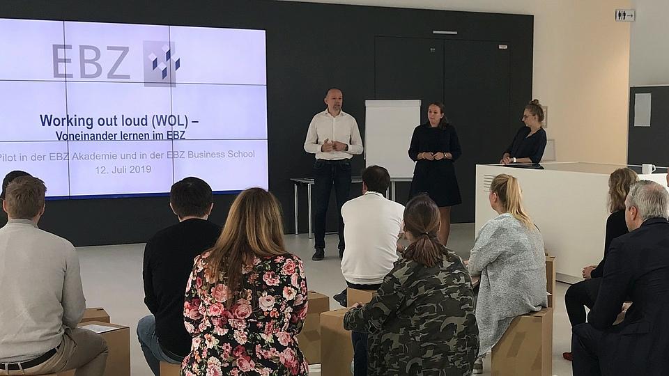 Mitte Juli 2019 ist der Pilot zur Anwendung der Methode Working out Loud (WOL) beim EBZ gestartet. Nun fragen sich viele, genauso wie die eingeladenen Mitarbeiter zunächst auch: Was ist WOL?