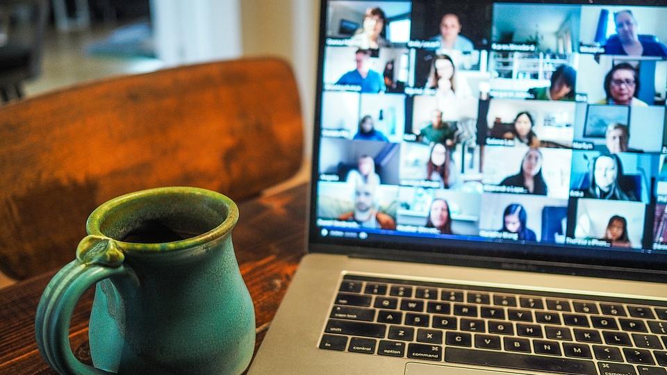 In unseren Bildungsalltag ist das Online-Lernen inzwischen eingezogen, daher schauen wir heute, wie es denn in der Realität funktioniert. Wir werfen einen ehrlichen Blick auf die Tücken und Freuden beim Online-Lernen aus verschiedenen Perspektiven: Dozenten und Teilnehmende im Online-Bilanzbuchhalterlehrgang.