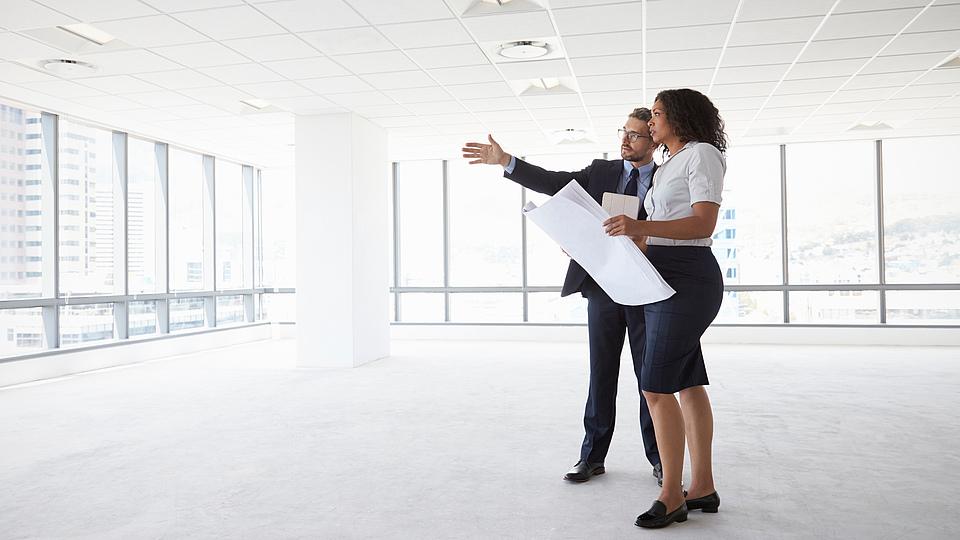 Doch was zeichnet diesen Präsenzlehrgang genau aus? Welche Vorteile bietet er den Teilnehmern und worauf genau werden die Teilnehmer vorbereitet? Was ist ein Commercial Property Manager?