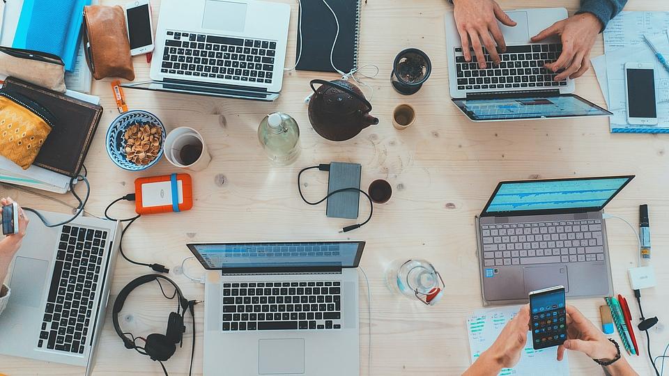 Neue Kompetenzen bezogen auf die Digitalisierung sind in aller Munde. Daher möchten wir einen Blick auf die tatsächlich notwendigen Punkte werfen, was sind denn überhaupt Digitalisierungskompetenzen? Was brauchen Ihre MitarbeiterInnen für die dauerhafte Teilhabe an der digitalen Arbeitswelt? Und welches Umfeld ist erforderlich….
