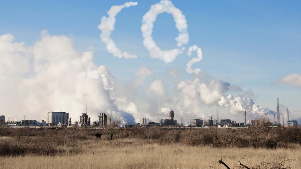 Die Wohnungs- und Immobilienbranche steht mehr denn je vor der Aufgabe einerseits klimaneutral zu handeln und andererseits ein effektives Energiemanagement anzubieten. Wir haben für Sie das Thema mit unseren Branchenexpert*Innen hinterleuchtet: Sie geben Antwort auf drei Fragen rund um Klimaneutralität und Energiemanagement.