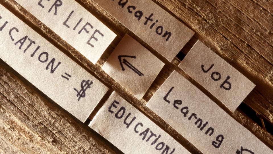 Aktuell stehen Akademien vor großen Herausforderungen, denn die Formen der Weiterbildung haben sich verändert. Sie müssen sich zum Teil neu erfinden und den Fokus ihrer Aktivitäten verändern. Wie diese Veränderungen in der EBZ Akademie angegangen wurden, erfahren wir in folgendem Interview.